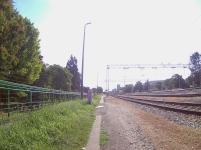 Paralelo a la vía del tren